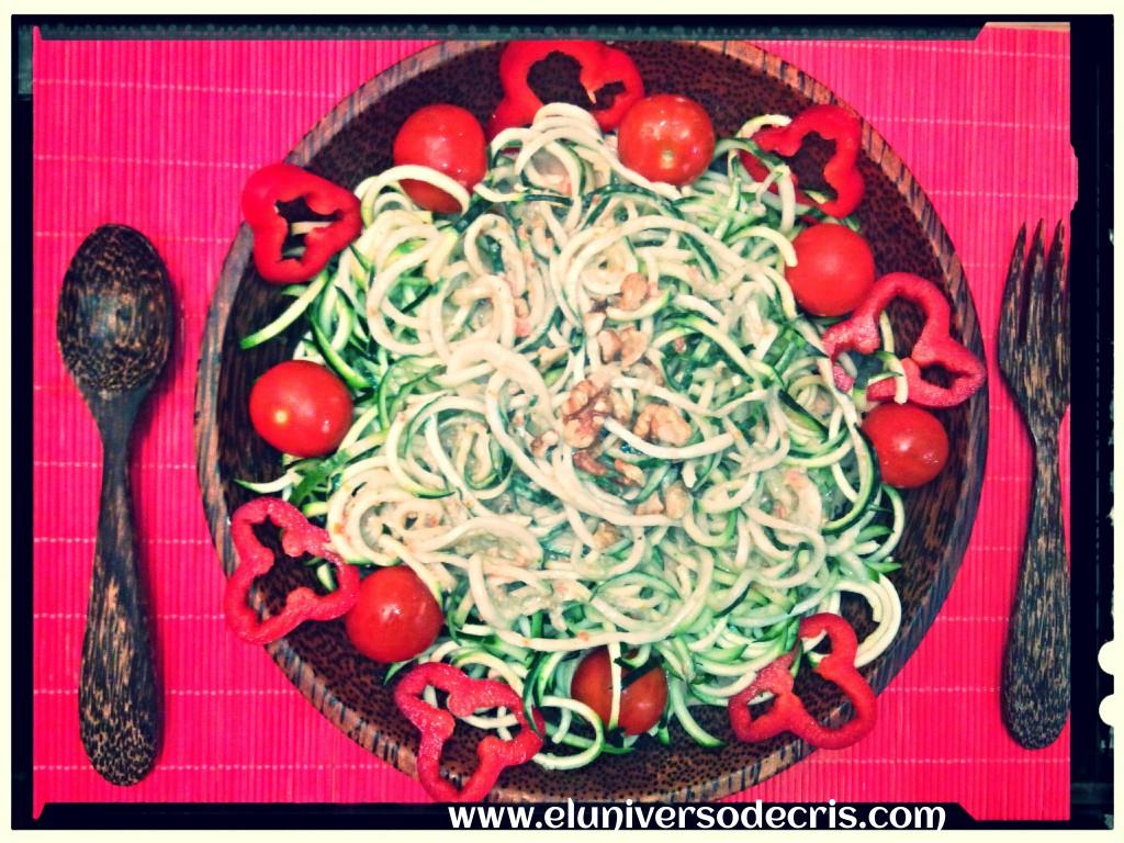 Espaguetis de calabacín y pepino con bechamel de nueces
